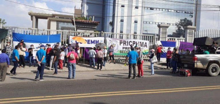 Médicos y docentes irán a protestas mañana: ¿qué están exigiendo?