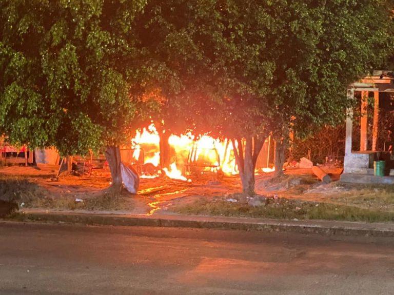 Incendio devora casa de madera y deja a cuatro limpia vidrios en la calle