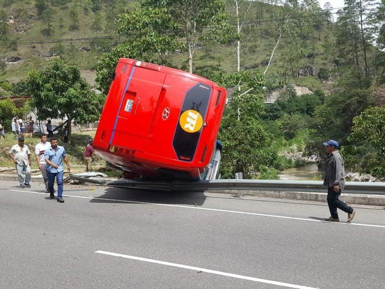 Con todo y pasajeros, bus se vuelca y queda colgando en la carretera CA-5
