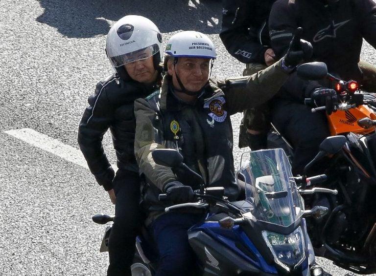 Por no usar mascarilla, multan a Bolsonaro, presidente de Brasil