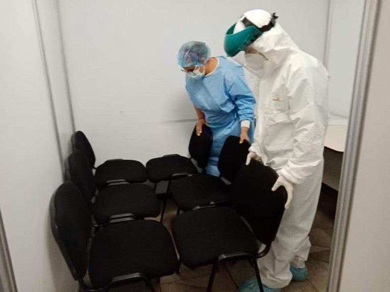 FOTOS  En triaje del CCG acomodan sillas para hacer camillas y atender pacientes