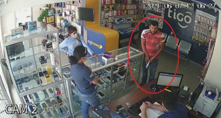 VÍDEO| Con pistola pareja asalta negocio de celulares en Santa Bárbara