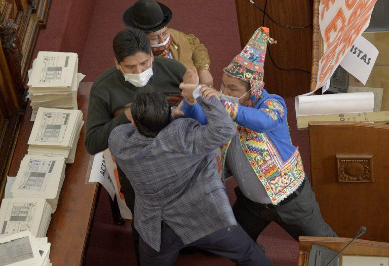 Video | Diputados bolivianos se van a los golpes durante asamblea legislativa