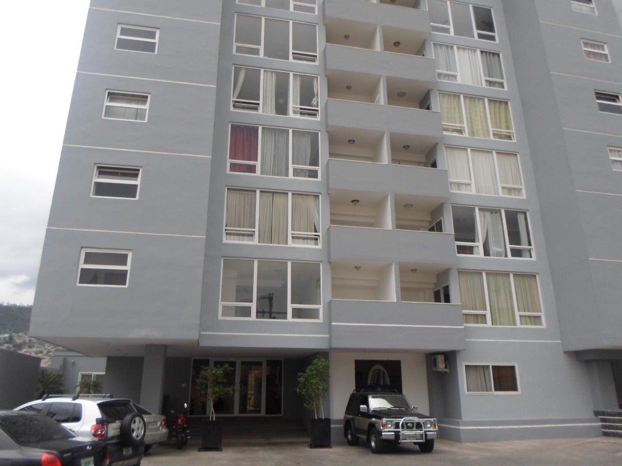 mujer se lanza edificio de apartamentos