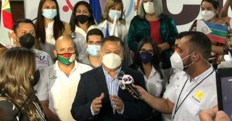 Partidos emergentes llegan al CNE a presentar planillas