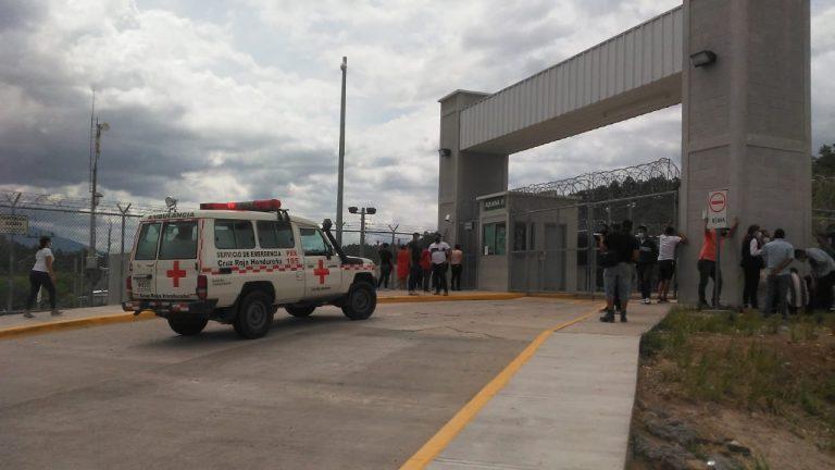 «Queremos noticias, buenas o malas»: drama e incertidumbre de madres de reclusos en La Tolva