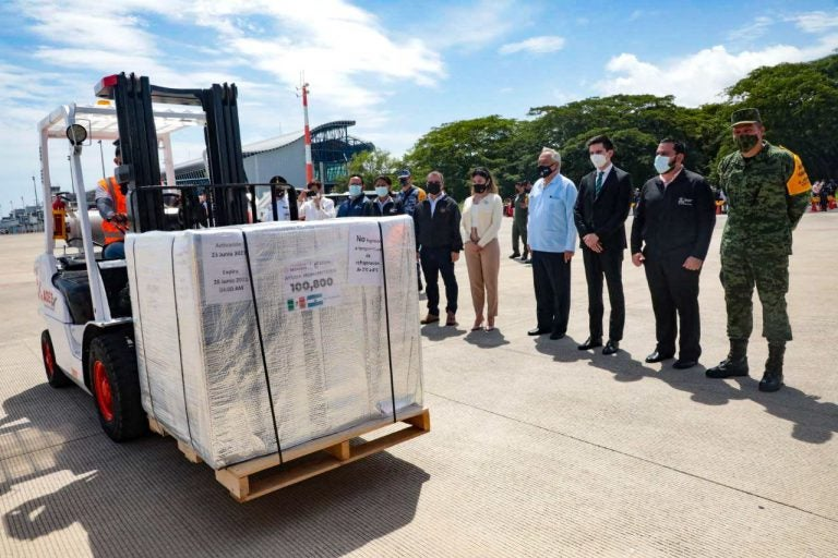 Llegan a Honduras 154 mil vacunas de AstraZeneca donadas por México