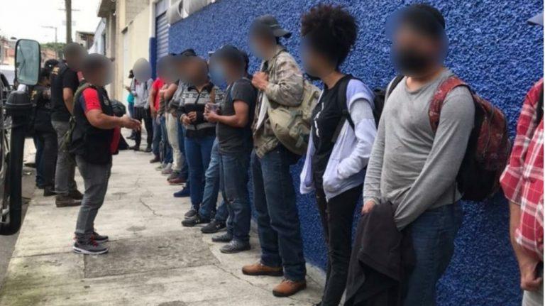 Con todo y sus choferes, caen 14 emigrantes hondureños en Guatemala