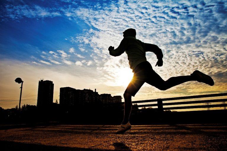 ¿Se recomienda correr en ayunas? Lo que tiene que saber antes de hacerlo