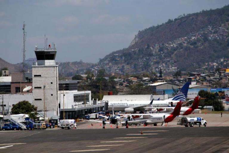Por falta de pago, empleados públicos paralizarán aeropuertos de Honduras