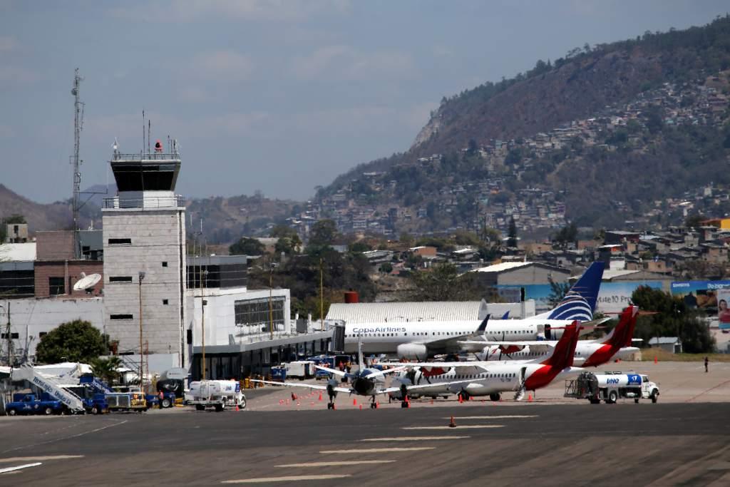 Falta de pago paralizarán aeropuertos