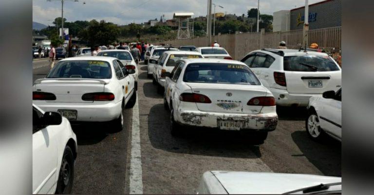 Taxistas cumplen amenaza y se van a paro en varias regiones del país