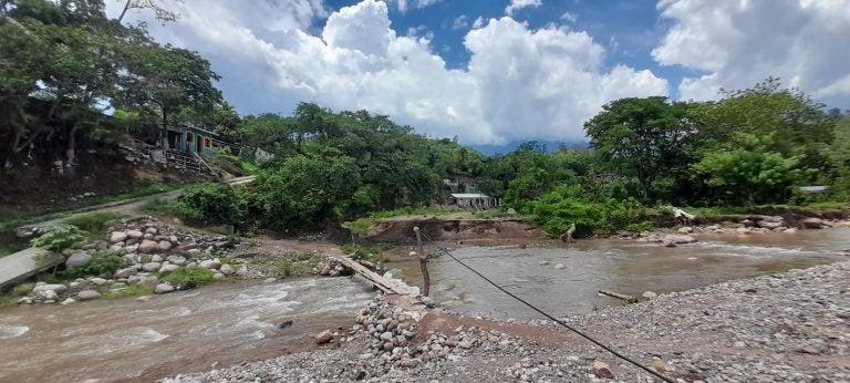 Piden reparación: pobladores de Santa Bárbara usan «puente improvisado» para cruzar