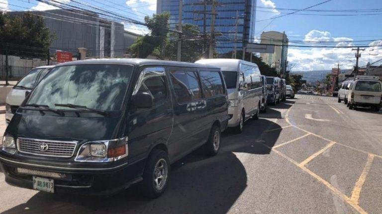 """Conductores de """"brujitos"""" piden que los incluyan en grupos de vacunación"""