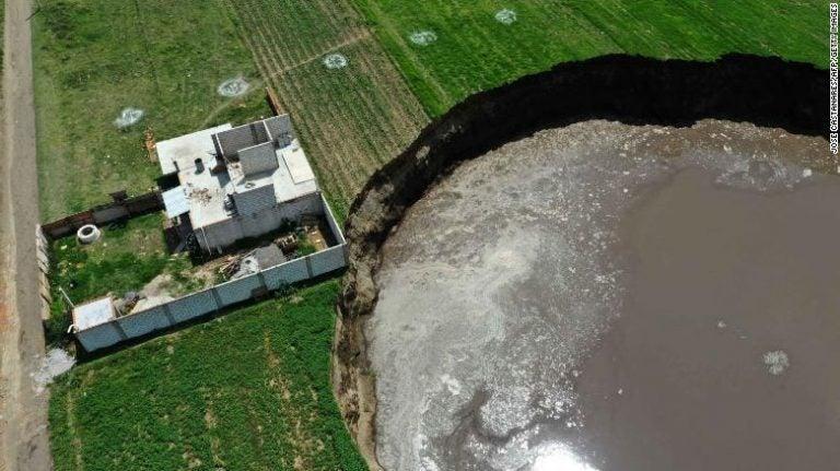 GALERÍA| El enorme agujero que sigue creciendo en un campo en México