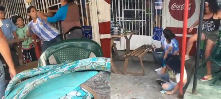 """VIDEO  Jovencitas se van a los golpes """"por un novio"""" en Siguatepeque"""