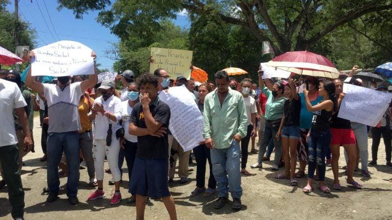 """Vecinos de El Ocotillo se toman calles y dicen """"no más policías"""""""