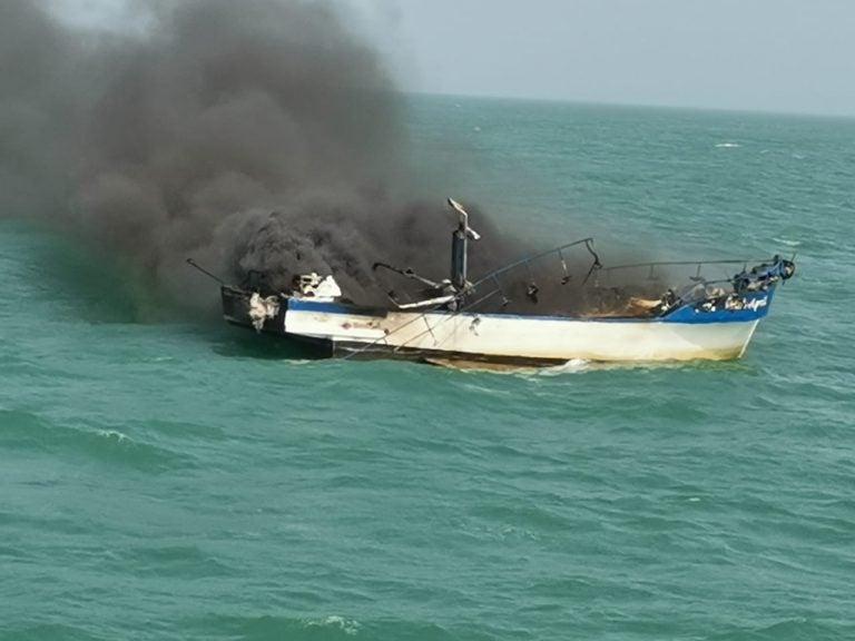 Barco lleno de personas se incendia en Colón: Naval protagoniza angustioso rescate