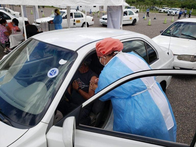 ¿Está vacunado contra el COVID el conductor de su taxi? Utilizarán un sticker para identificarlo
