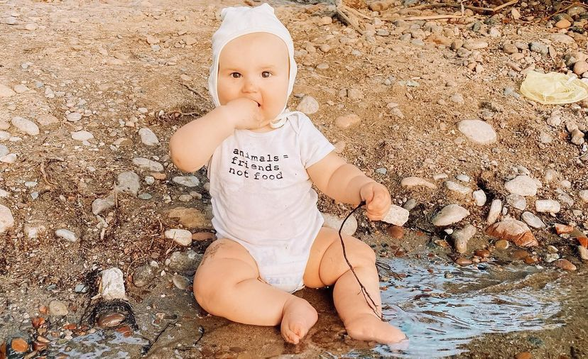 Madre permite que su bebé coma piedras
