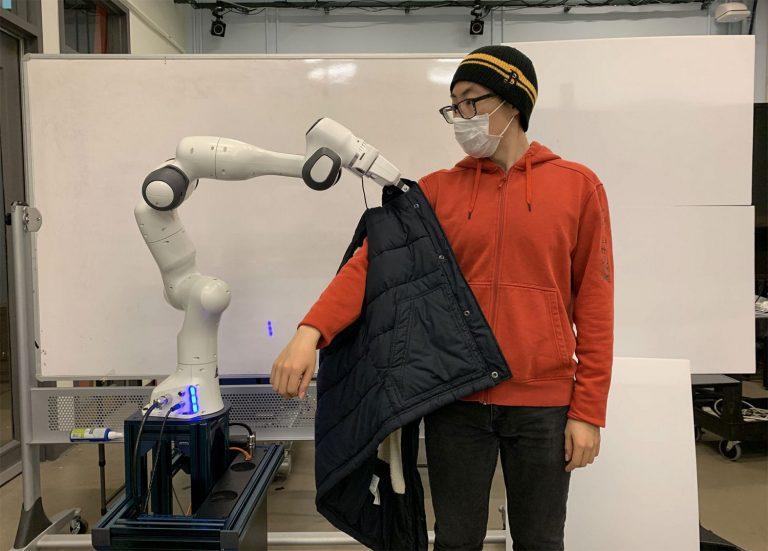 Perfeccionan robots para que ayuden a discapacitados a vestirse