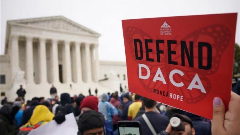 Juez de EEUU ordena cerrar el programa migratorio DACA a nuevos solicitantes