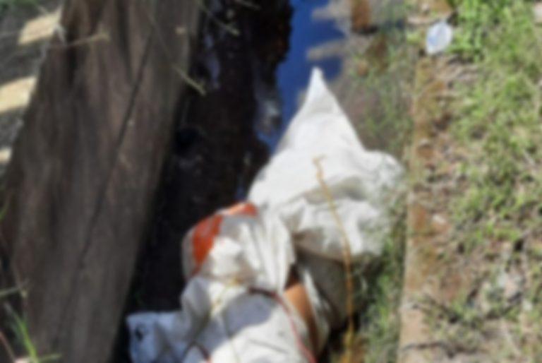 Encunetado y dentro de dos sacos hallan un cuerpo en Zambrano