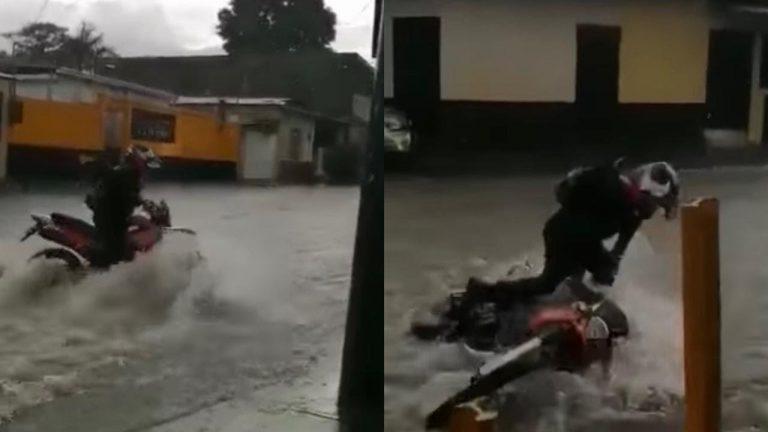 """""""Se lo lleva"""": corriente de agua lluvia arrastra a motociclista en SPS"""