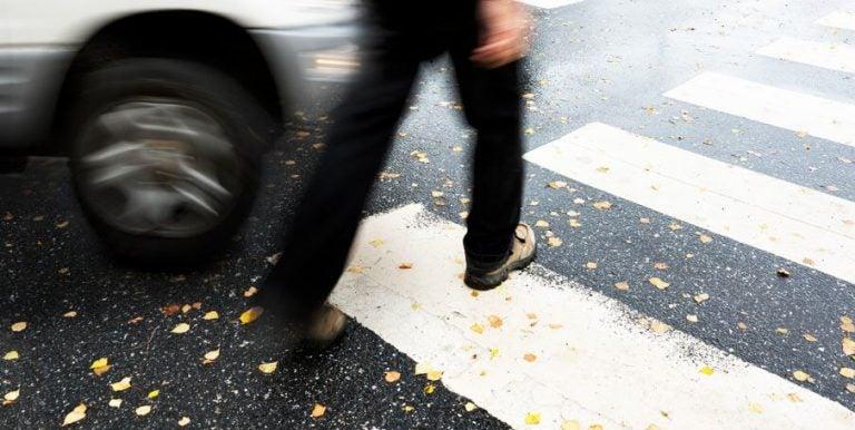Francia: niño de cuatro años conduce limusina y hiere a un peatón