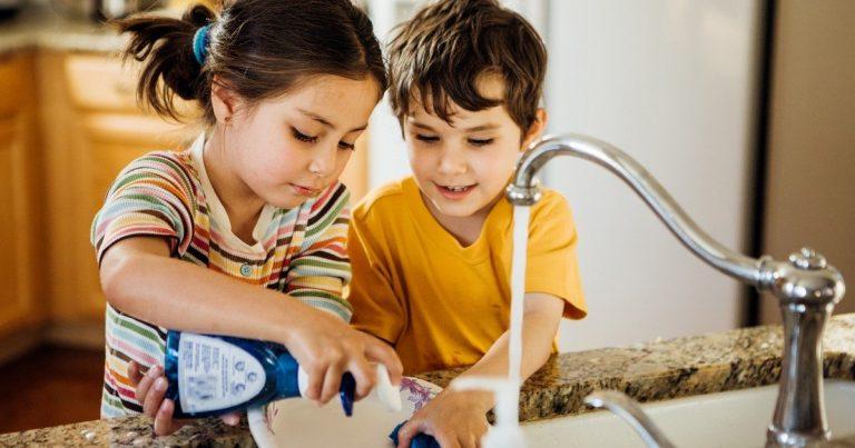 Niño denuncia a padre por abrigarlo a limpiar la casa