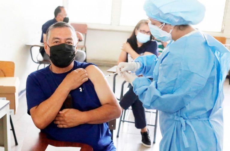 Arranca vacunación con primera dosis a 20 mil docentes afiliados al IHSS