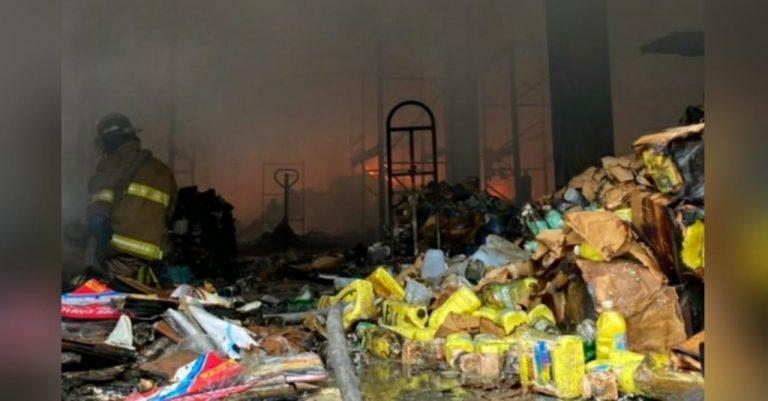Pérdidas millonarias deja voraz incendio en bodegas cerca del Anillo Periférico
