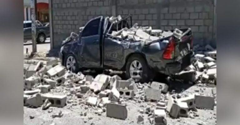Mujer embarazada muere al caer un muro sobre carro al que pidió jalón