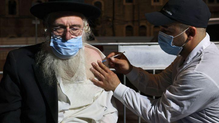 Tercera dosis disminuye casos en personas de 60 años en Israel