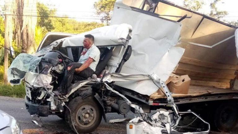Tela | Camión y bus chocan; conductor sobrevive en su asiento