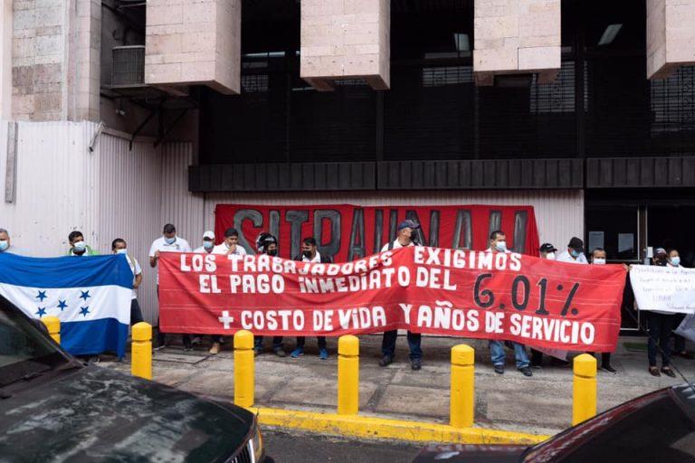 SITRAUNAH protesta exigiendo pago de aumento salarial a empleados