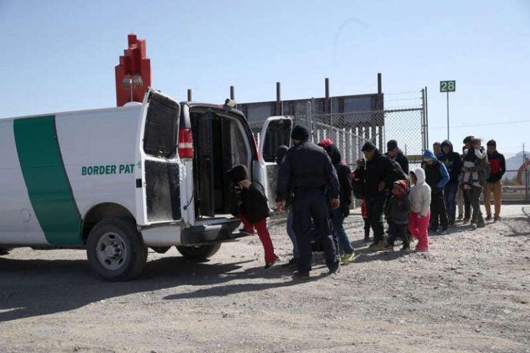 Brote de piojos y COVID provoca hacinamiento en fronteras de EEUU