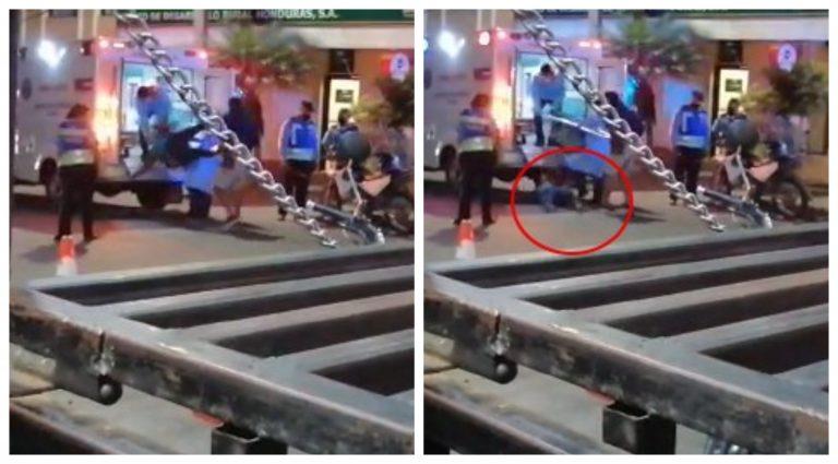 VÍDEO| ¡Fatal! Paramédicos dejan caer a paciente de una camilla