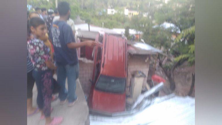 Vehículo cae sobre vivienda en Los Pinos; hay cuatro lesionados