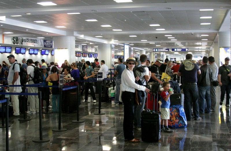 Turistas multa pruebas falsas de covid