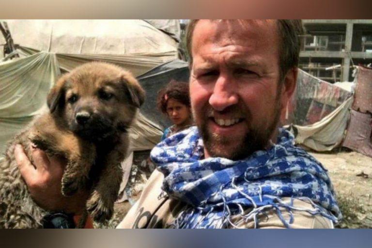 Hombre se niega a dejar en Afganistán sus perros rescatados