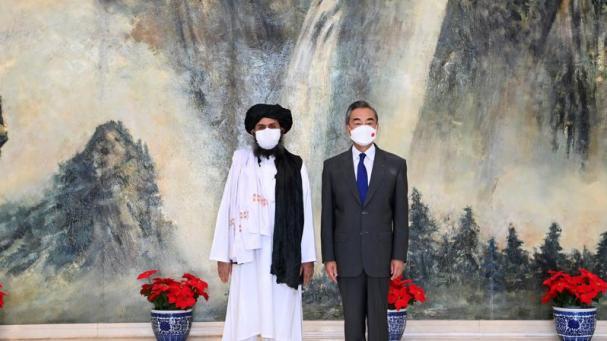 El ministro chino de Exteriores con el mulá Abdul Ghani Baradar, en Tiajin (China),el pasado 28 de julio.