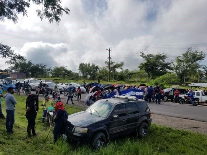 El tránsito vehicular se tornó pesado en varias partes del país debido a los bloqueos efectuados por los maestros comunitarios