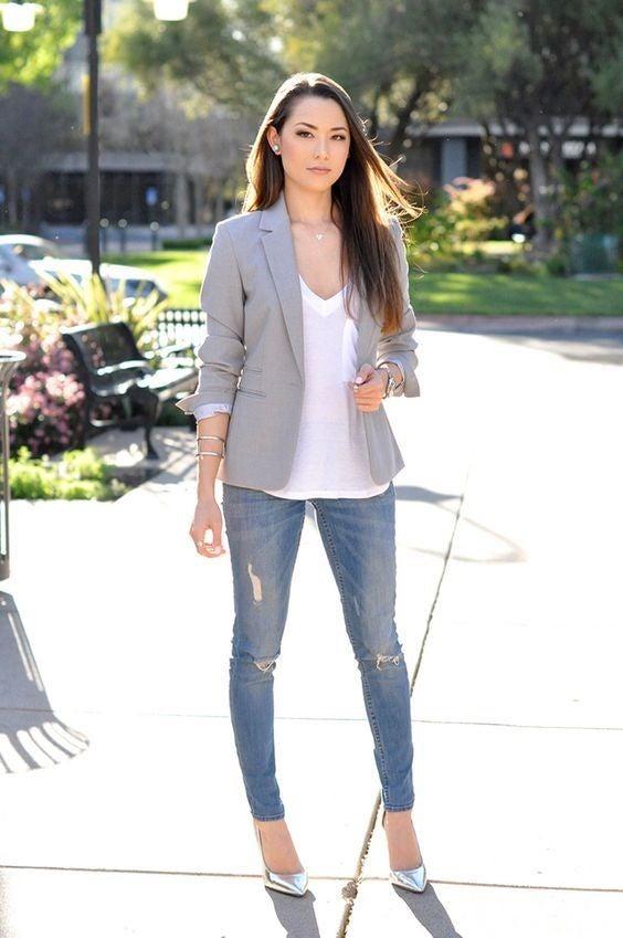 El look con jeans y blazer se puede combinar con tacones o tenis.