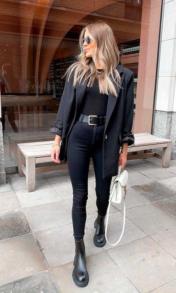 El negro es un color básico en el closet de toda chica, este tipo de atuendos es atrevido y elegante.