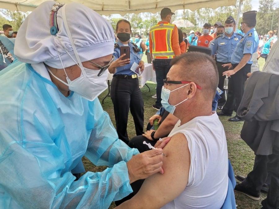 Según la experta, los pacientes no deben tenerle miedo a la vacuna pues esta no altera sus niveles de glucemia.