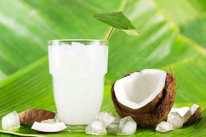 El agua de coco es refrescante y con muchos beneficios para el cuerpo.