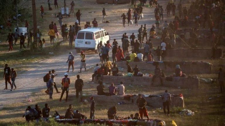 Más de 10.000 migrantes duermen bajo un puente entre México y EEUU