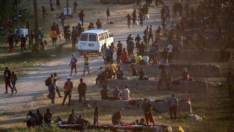Migrantes duermen bajo puente