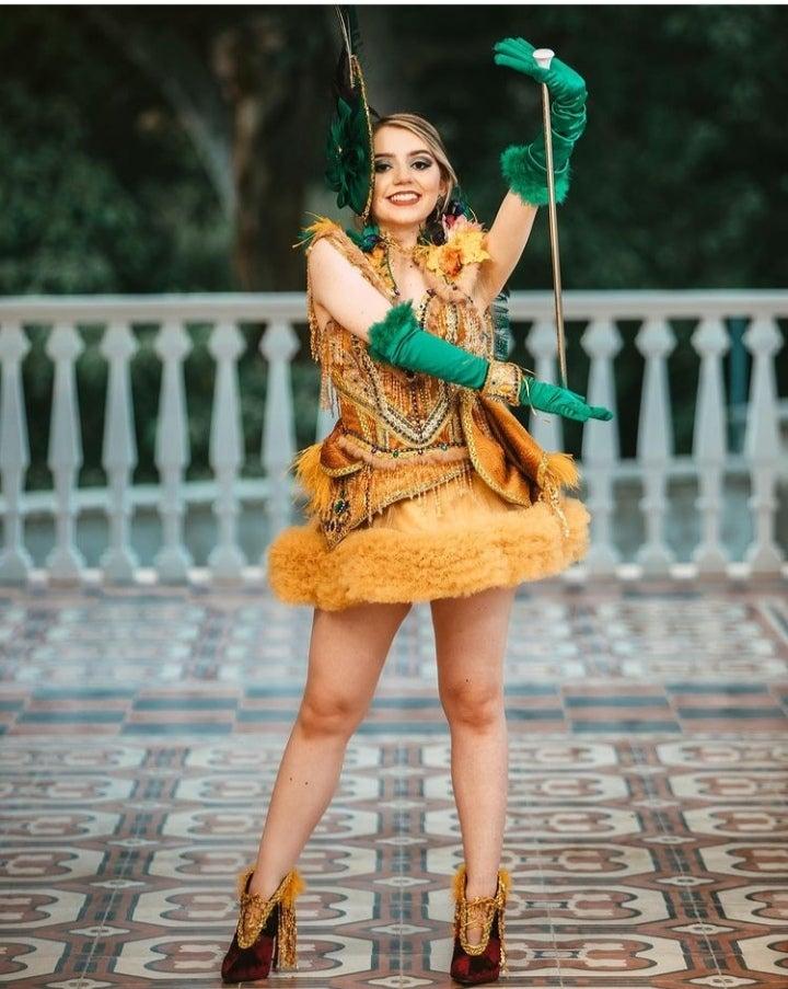 Diseñadora hondureña realiza traje